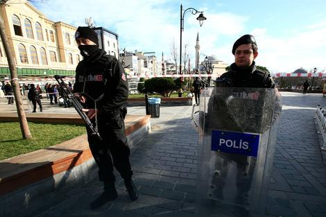 ВИДЕО: Бомбашки напад во Истанбул, делови од тела расфрлани на улица