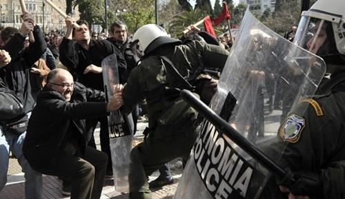 Протести во Атина поради реформи во системот за социјално осигурување