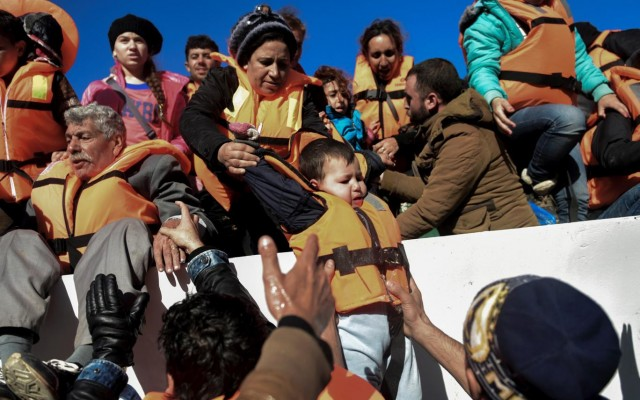 Аврамопулос: За четири недели ќе бидат готови пунктовите за бегалци во Грција и Италија