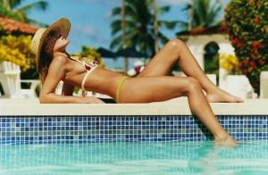 devojka-na-bazenu-1406030099-42366-300x196