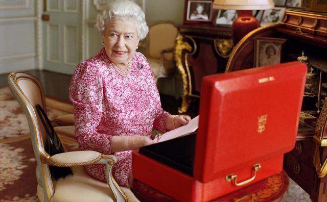 Ѕирнете во раскошот на Бакингемската палата во која живее кралицата Елизабета (ВИДЕО)