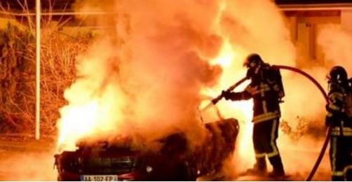 Во Франција за Нова година запалени 804 автомобили и упасени 622 лица
