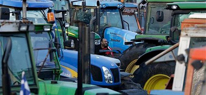 Грчките земјоделци со трактори го попречуваат сообраќајот