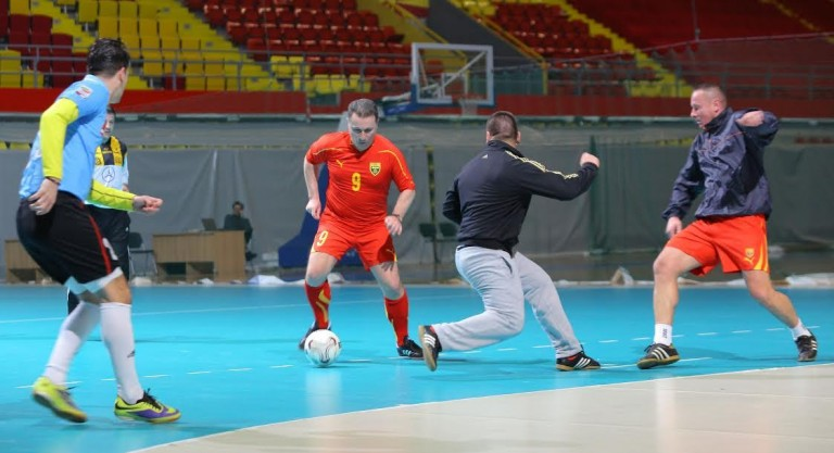 """Премиерот играше фудбал во спортскиот центар """"Борис Трајковски""""  (ФОТО)"""