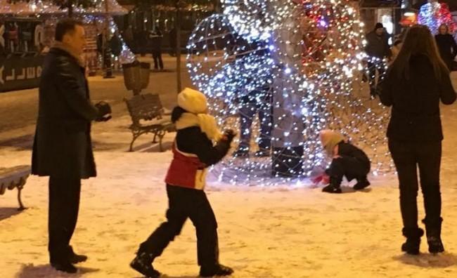Груевски со семејството уживаат во првиот снег