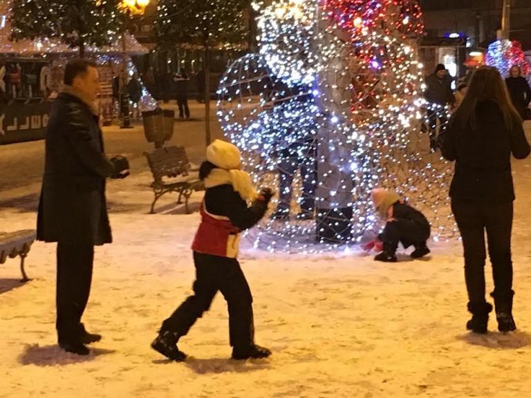 Груевски со семејството уживаат во првиот снег  (ФОТО)