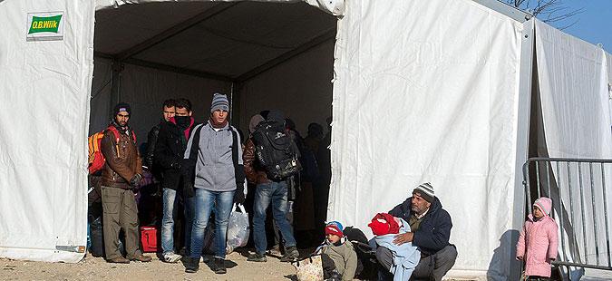 Бегалци заглавени во Идомени, на Лезбос пристигнуваат се повеќе