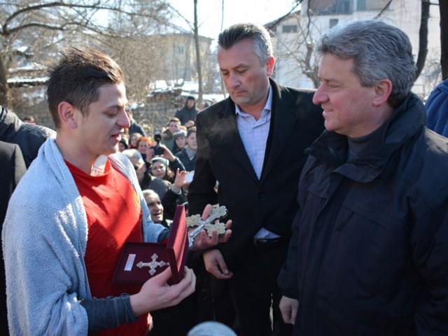 Иванов му подари филигрански крст на верникот што го фати светиот крст во Кичево