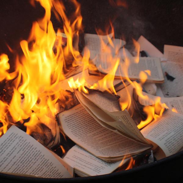 Во Русија се палат книги издадени со пари од Сорос