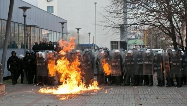 Нереди во Приштина - Демонстранти фрлија молотови коктели во Владата