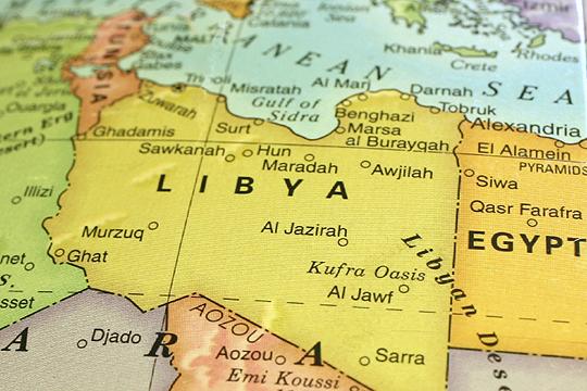 Горат четири резервоари со нафта во Либија