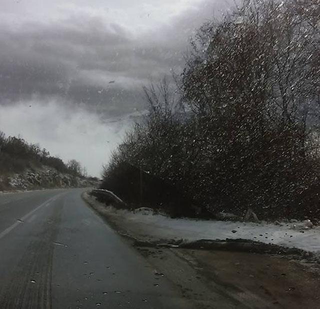 Сообраќајот се одвива по влажни коловози, магла на дел од патните правци
