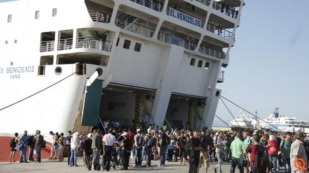 Грција привремено го сопре превозот на мигранти од грчките острови кон Атина