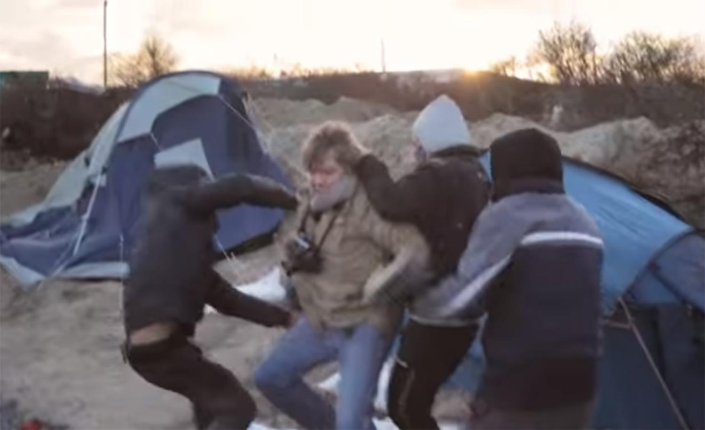 ВИДЕО: Мигранти со нож нападнаа новинари во кампот кај Кале
