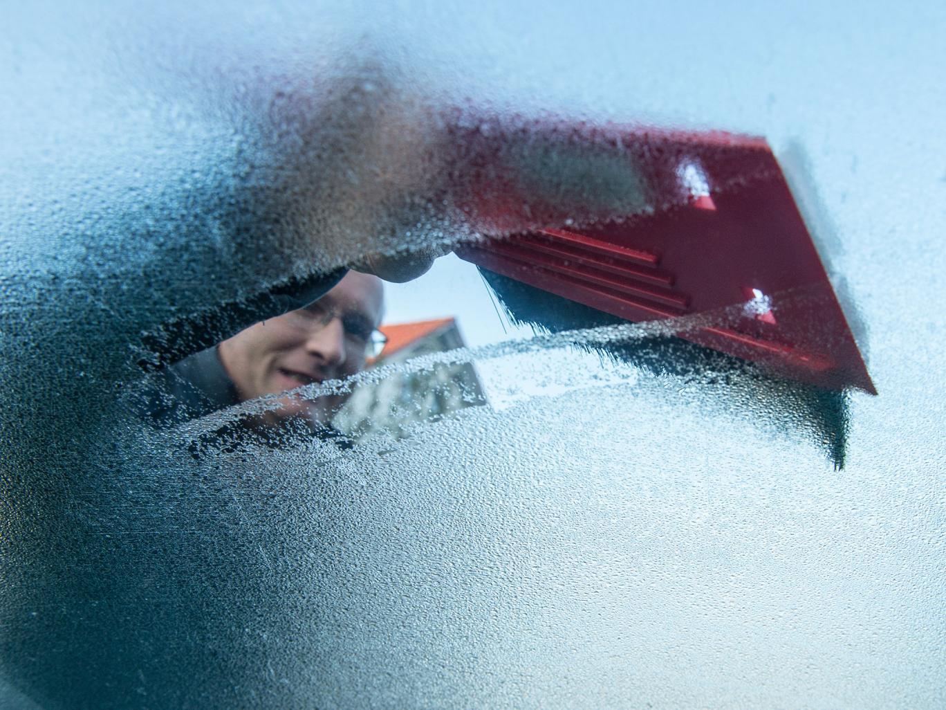 ВИДЕО: Како да го одмрзнете ветробранското стакло веднаш?