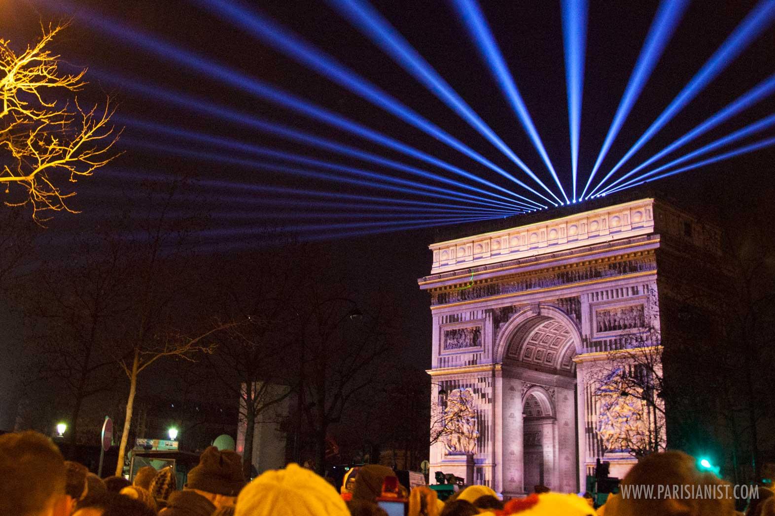 ФОТО: Во Париз Новата година дочекана под Триумфалната капија