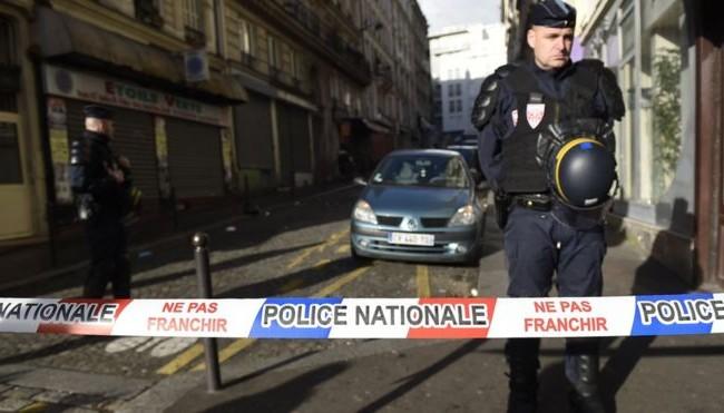 Напаѓачот на полицијата во Париз, барал азил во Германија