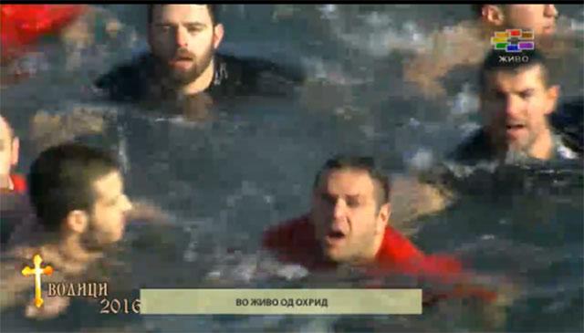 Петар Рупески го фати светиот крст во Охрид