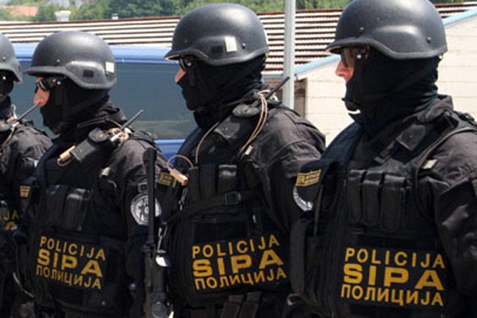 БиХ: Уапсени три лица со знаме на ИД и големо количество оружје