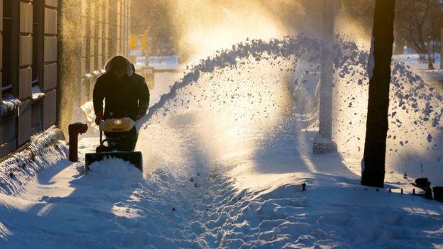 Големо расчистување по снежното невреме во САД