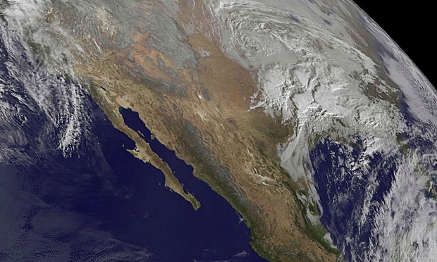 Најмалку три лица загинаа во снежната бура што го зафати источниот брег на САД