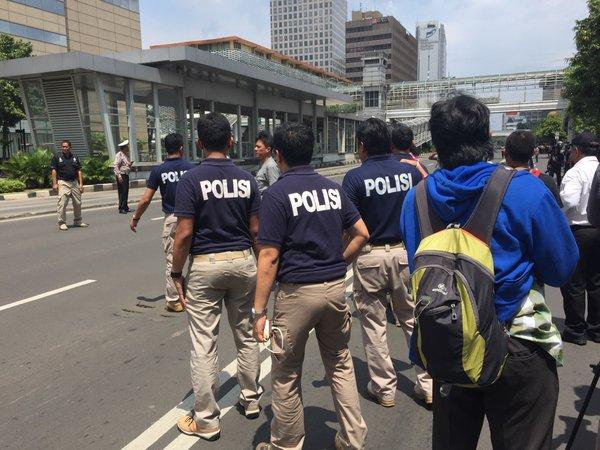 Три лица приведени по терористичките напади во Џакарта