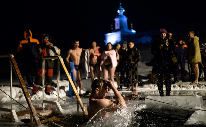 Водици во Русија: Верниците се фрлаат во замрзнатите води