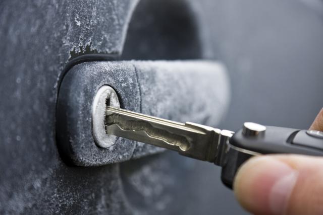 ВИДЕО: Како да ја одмрзнете замрзнатата брава на автомобилот?