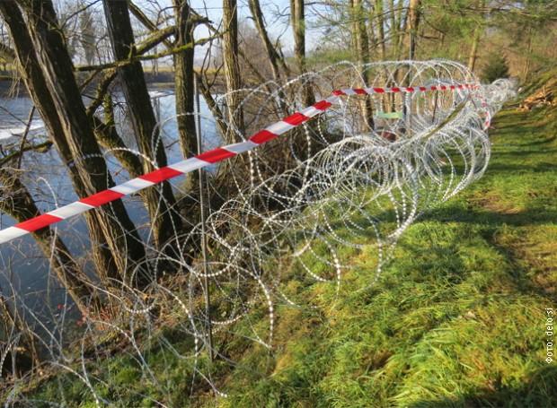 Поради страв од поплави Словенија ќе тргне дел од жицата на границата