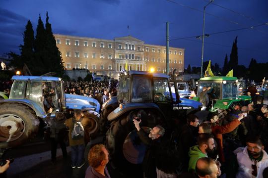 Грчките земјоделци ја прекинаа блокадата на Атина