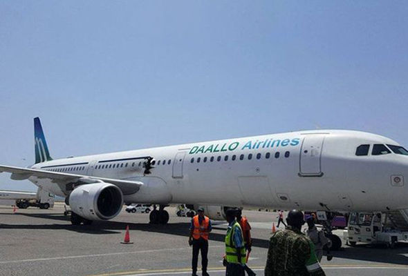 Поради експлозија, патник испаднал од авион