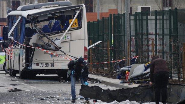Франција: Шест деца загинаа во судир на училишен автобус и камион