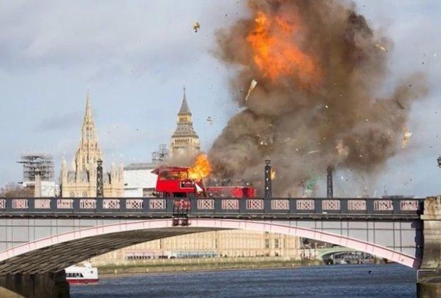 ВИДЕО: Експлодира автобус во близина на Парламентот во Лондон