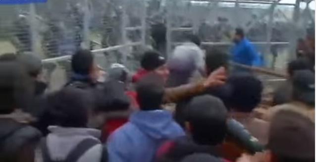 Мигрантите ја урнаа оградата на јужната граница