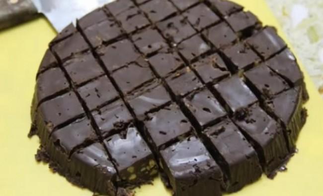 Вкусна чоколадна торта која не се пече  (ВИДЕО)