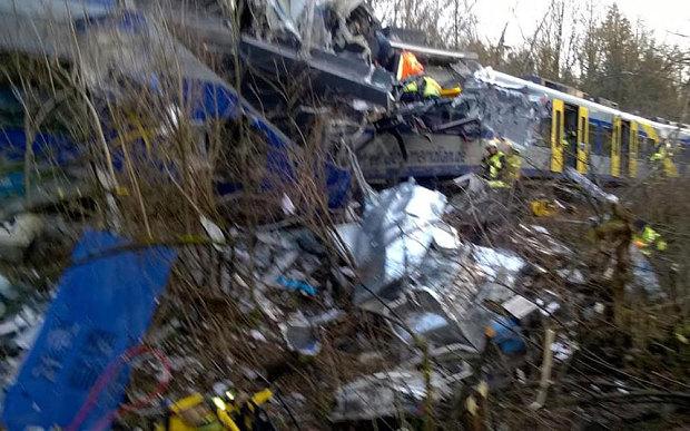 Железничка несреќа во Германија: Две лица загинаа, 100 повредени
