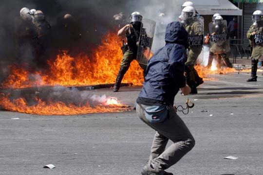 Хаос на улиците во Атина – Демонстрантите се судрија со полицијата  (ВИДЕО)