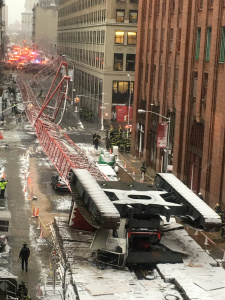 Се урна кран во Њујорк - Едно лице загина
