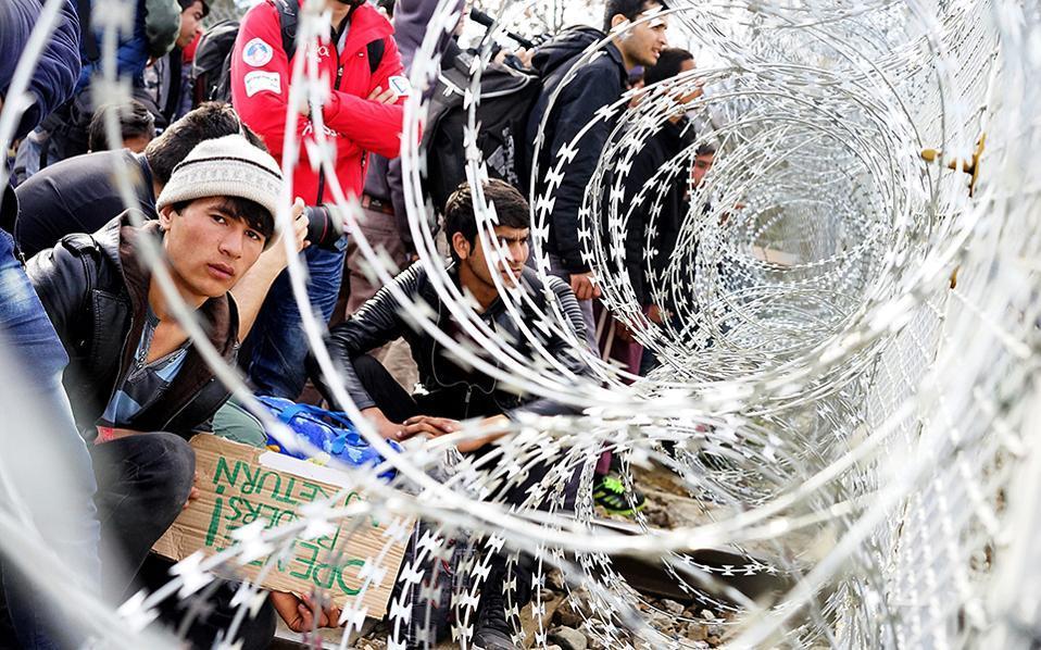 """""""Катимерини"""": Грчката полиција почна да ги преместува мигрантите од границата"""
