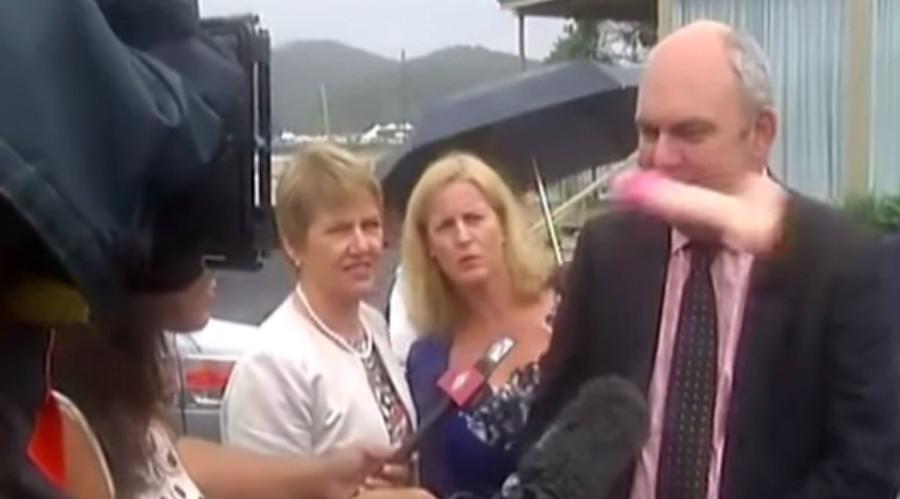 ВИДЕО: Министер доби вибратор во лице