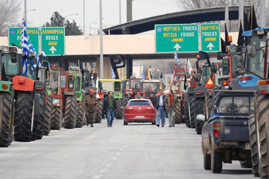 Грчките земјоделци најавија целосна блокада на автопатот Атина-Солун