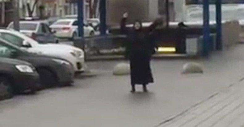 ВОЗНЕМИРУВАЧКО ВИДЕО: Жена во црно се шета со отсечена детска глава во Москва
