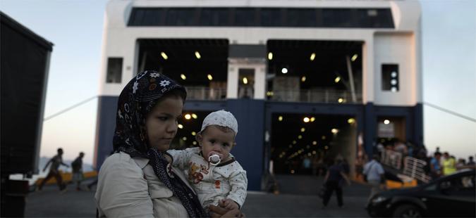 Грција почна да преместува бегалци од Пиреја