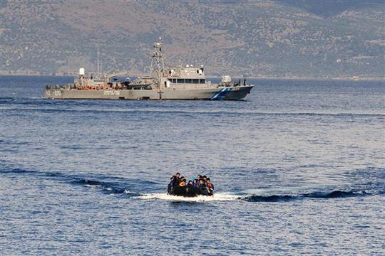 Шверцерите на мигранти ги менуваат маршрутите за да ги избегнат патролите на НАТО во Егејско Море