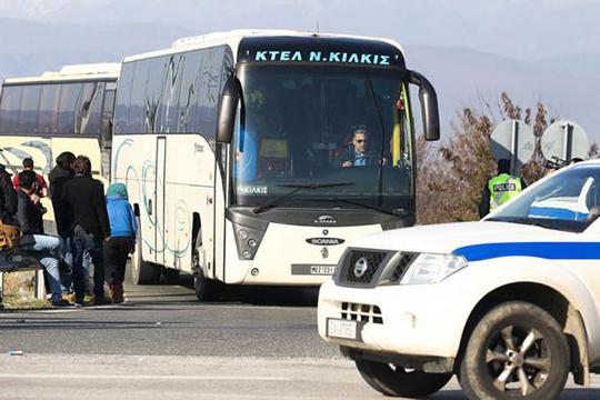 Грчките власти ги преместуваат мигрантите од Пиреја