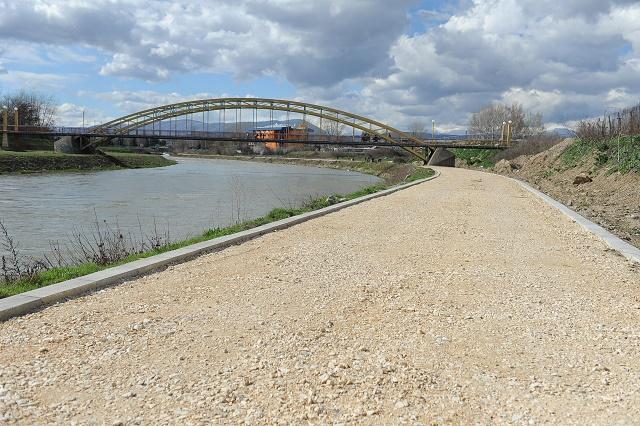 Се гради ролерско-велосипедската патека на левата страна на кејот на Вардар