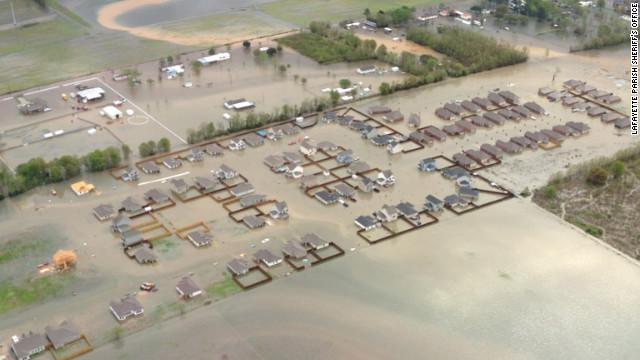 Поплави во САД: Три лица загинаа, илјадници евакуирани