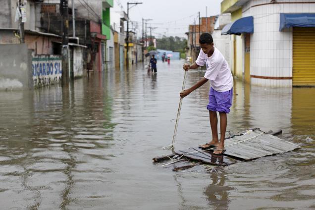 Поплави во Бразил: Најмалку 16 загинати, меѓу кои и деца