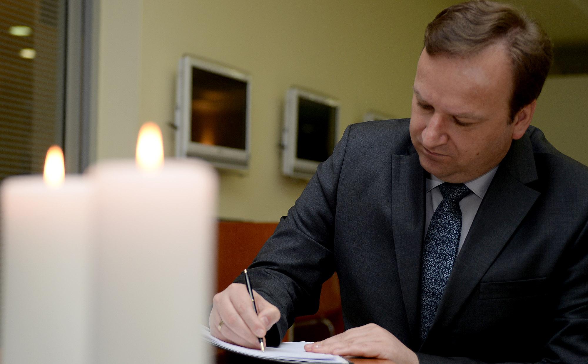 ФОТО: Димитриев се потпиша во Книгата на жалост за жртвите во Брисел