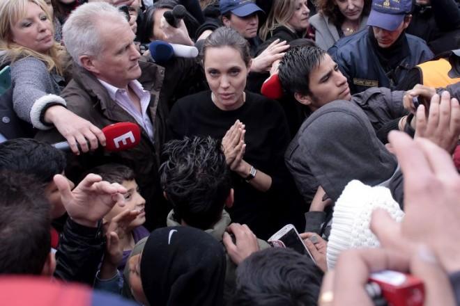 ФОТО: Анџелина Џоли во посета на мигрантите во Грција